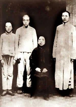 Zleva doprava Mao Ce-tan, Mao Ce-min, Mao Čchi-mej a Mao Ce-tung v Changsha 1919. Mao Ce-tung má na sobě oděv učence, čímž dává najevo své vyšší vzdělání, zatímco jeho bratři jsou oblečeni do rolnických šatů.